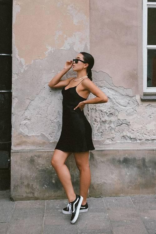Váy ngủ và giày Converse - công thức phối dành cho những cô gái tự tin về hình thể. Ảnh: Instagram Emtong.