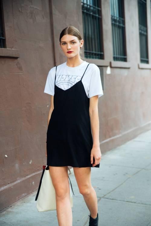 Một trong những cách mặc phổ biến ngày nay mang đậm nét thập niên 1990 còn có áo phông và váy hai dây. Ảnh: WWW.