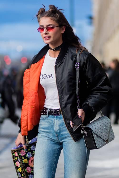 Thứ hai, áo bomber và quần jeans được coi là cặp bài trùng thời xưa. Bạn có thể hoàn thiện bộ đồ với vòng choker, kính tí hon và kiểu tóc búi Mickey. Ảnh: STD.