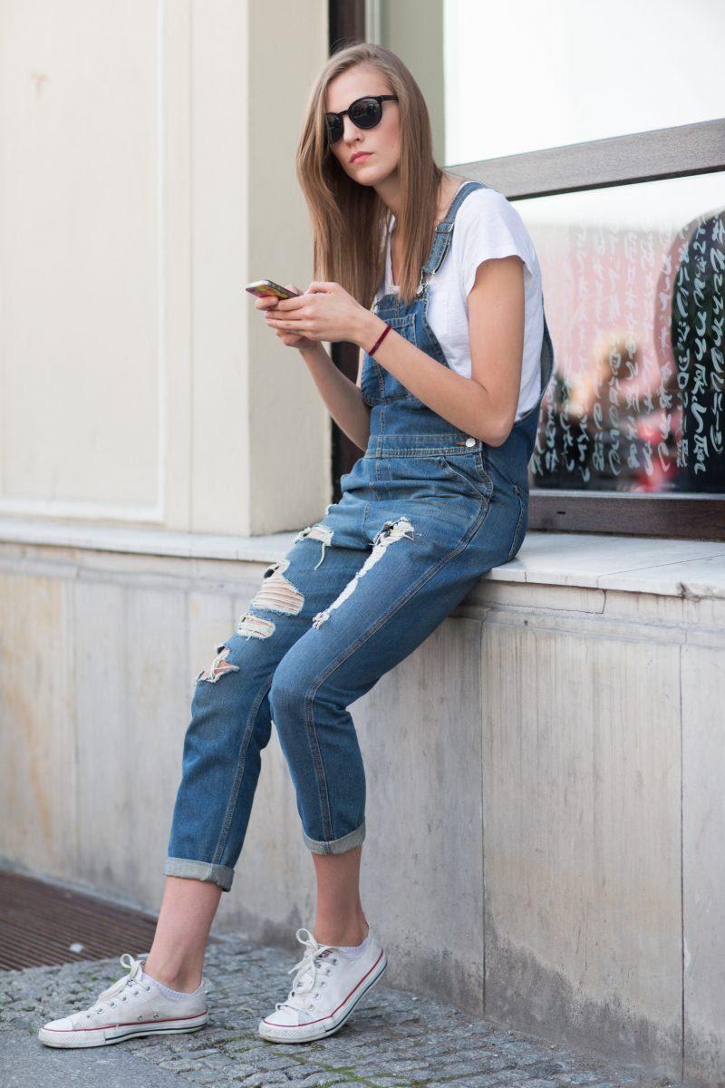 Cũng với quần yếm, bạn còn có thể đi cùng giày Converse để tái hiện thời trang của thập niên cũ.
