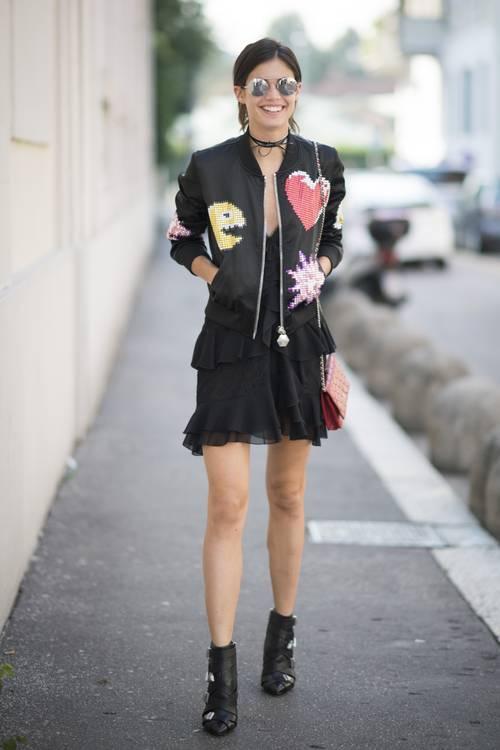 Với áo bomber, bạn có hai cách thể hiện phong cách những năm 1990. Thứ nhất, hãy phối nó cùng váy mini và bốt cổ ngắn. Ảnh: STD.
