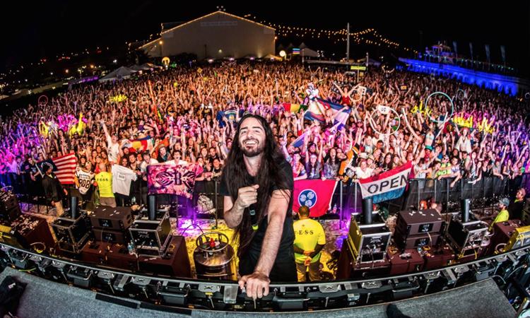 DJ Bassnectar biểu diễn tại một lễ hội âm nhạc ngoài trời năm 2019. Ảnh: EDM.