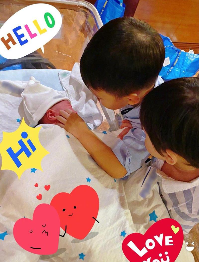 Ba con trai của Hồ Hạnh Nhi. Ảnh: Weibo/Huxinger.