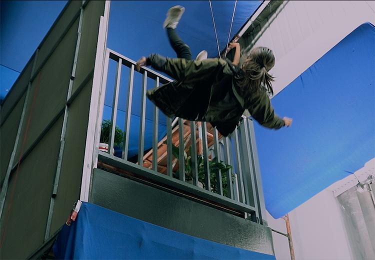 Đạo diễn dựng ban công trong phim trường khi Nhã Phương diễn cảnh nhảy từ lầu cao chung cư.