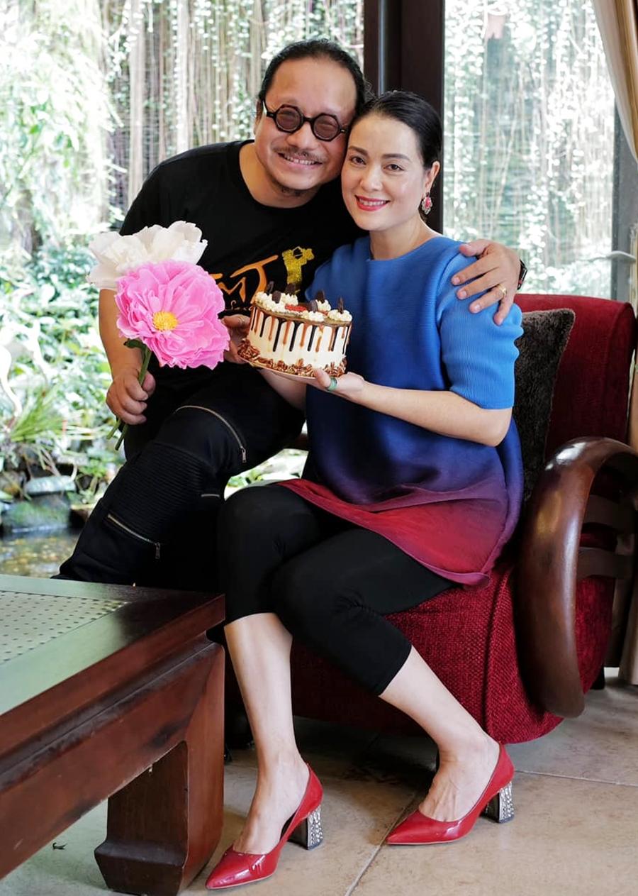 Nghệ sĩ Trần Mạnh Tuấn và bà xã bên nhau trong ngày kỷ niệm 25 năm ngày cưới. Ảnh: Nhân vật cung cấp.