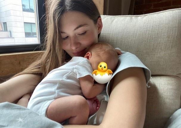 Grace chia sẻ ảnh con trai trên trang cá nhân và viết: Sau chín tháng mang con trong bụng, cuối cùng mẹ đã được ôm con trong vòng tay của mình, ngắm nhìn đôi mắt và bàn tay bé bỏng của con.