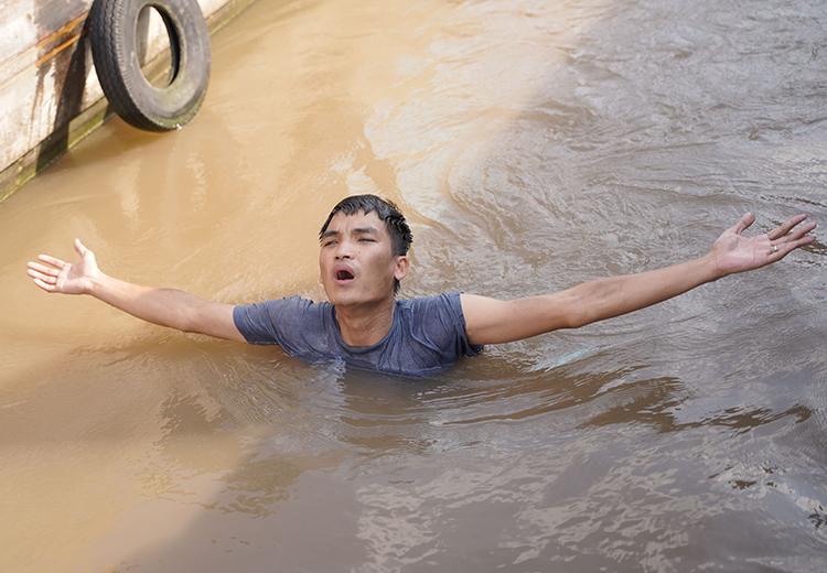 Mạc Văn Khoa kể bị lật xuồng mỗi ngày khi đóng phim hành động của Lý Hải. Ảnh: Lê Tuấn.