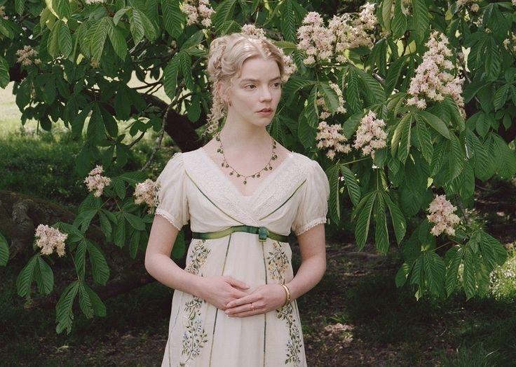 Kiểu tóc quen thuộc của nhân vật Emma trong phim là bới cao, thả vài lọn tóc xoăn
