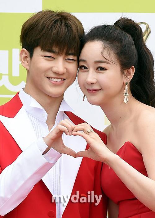 Vợ chồng Ham So Won quảng bá show truyền hình năm 2020. Ảnh: Mydaily.