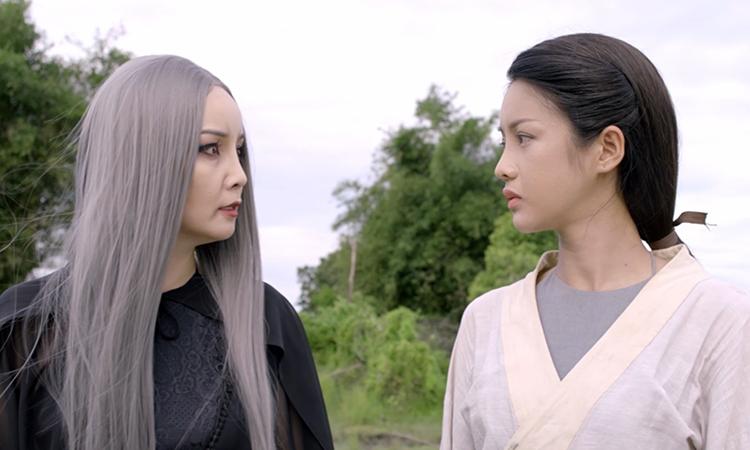 Mai Thu Huyền (trái) trong vai hồn ma Đạm Tiên.