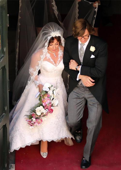 Lady Gaga (trái) đóng cô dâu trong