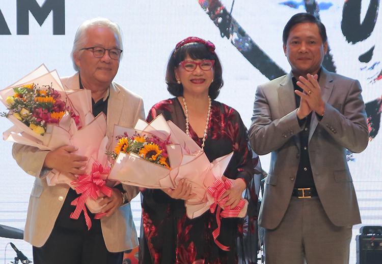 Vợ chồng ca sĩ Trịnh Vĩnh Trinh bên đại diện Đại học Văn Lang. Ảnh: