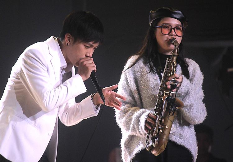 Nghệ sĩ An Trần biểu diễn saxophone bên beatboxer Trần Thái Sơn.
