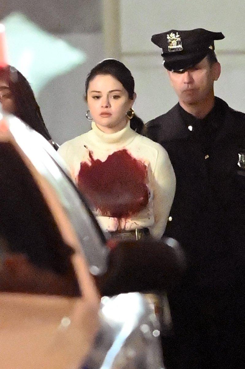 Cảnh phim Selena Gomez diện áo dính máu được chia sẻ, bàn luận nhiều trên Twitter, Instagram. Ảnh: SplashNews.