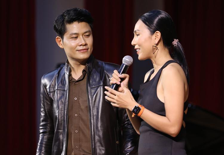 Nguyễn Văn Chung ôn kỷ niệm về Vầng trăng khóc cùng ca sĩ Khánh Ngọc trong buổi ra mắt sách hôm 10/4 tại TP HCM. Ảnh: Kevin Huỳnh.