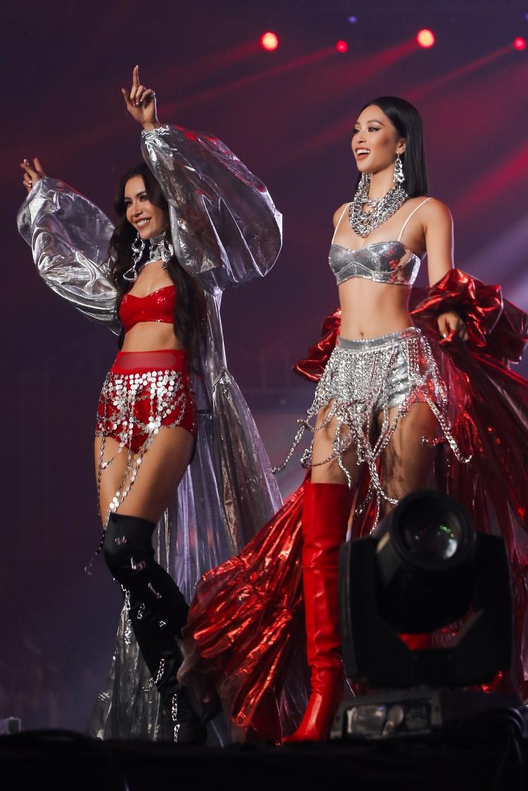 Tiểu Vy nhún nhảy cùng Minh Tú khi làm vedette.