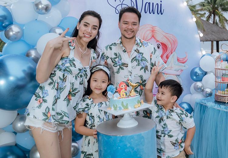 Trang Nhung cùng chồng - nhà sản xuất phim Hoàng Duy - bên hai con.