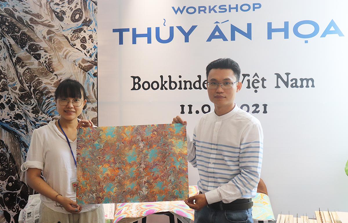 Họa sĩ Trần Bội Tuyền (trái) và nghệ nhân Bùi Tiến Phúc (phải) tại workshop. Ảnh: Thanh Tuyền.