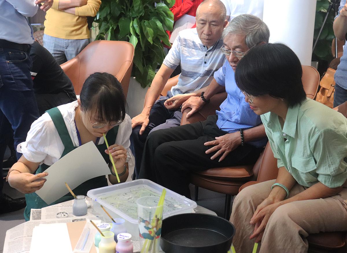 Họa sĩ Trần Bội Tuyền hướng dẫn học viên thực hành. Ảnh: Thanh Tuyền.