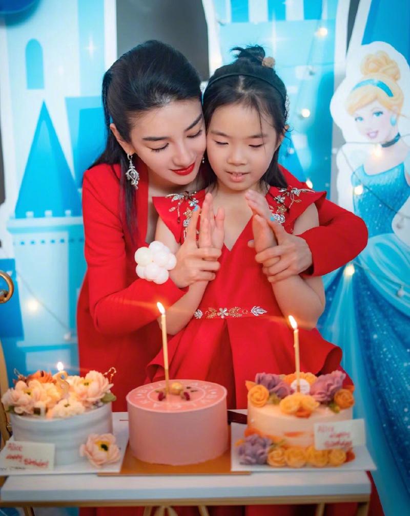 Huỳnh Dịch mừng sinh nhật con gái tám tuổi hồi tháng 1. Ảnh: Weibo/Huangyi.