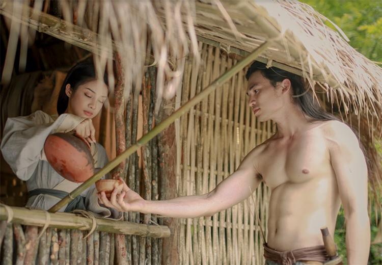 Mỹ Duyên (trái) - đóng Kiều - bên Thúc Sinh (Lê Anh Huy). Ảnh: Hồng Vi.