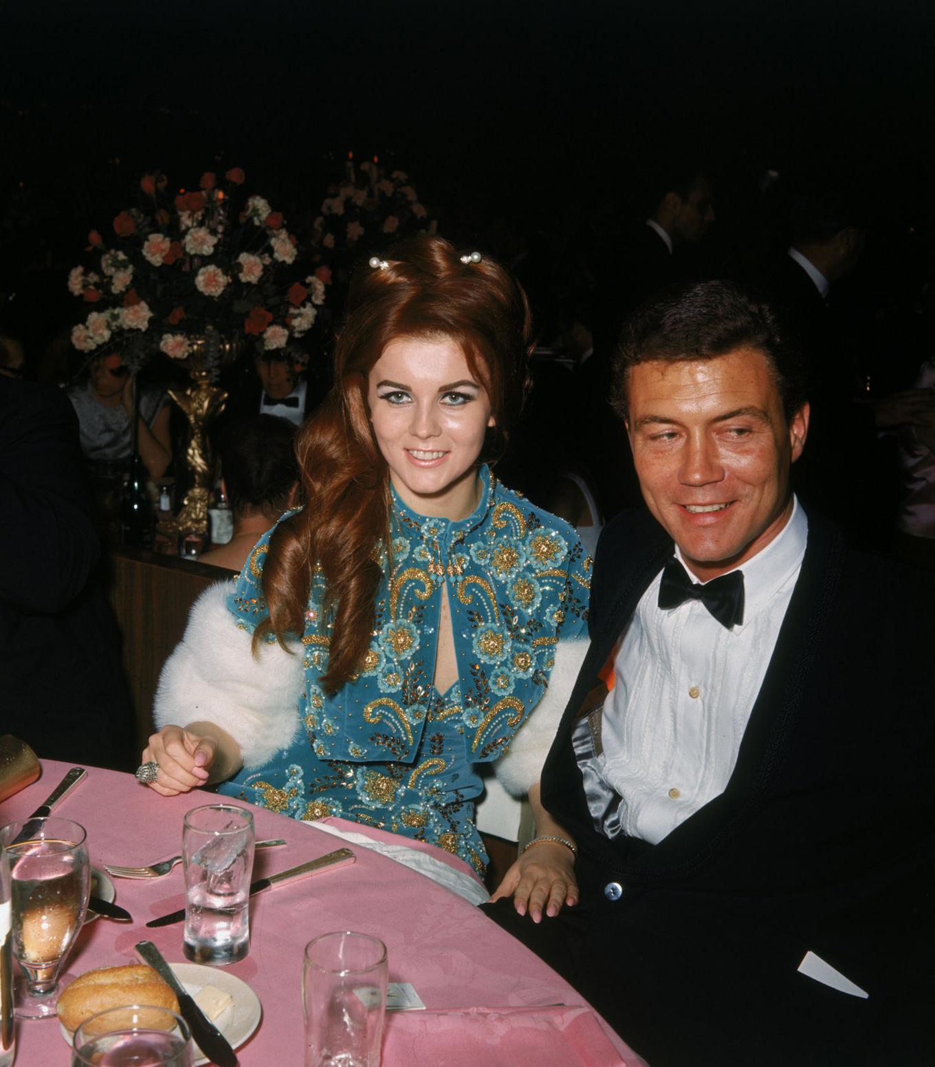 Năm 1965, trong bộ áo váy màu xanh diễn viên Ann-Margret cùng chồng Roger Smith tới dự lễ trao giải.