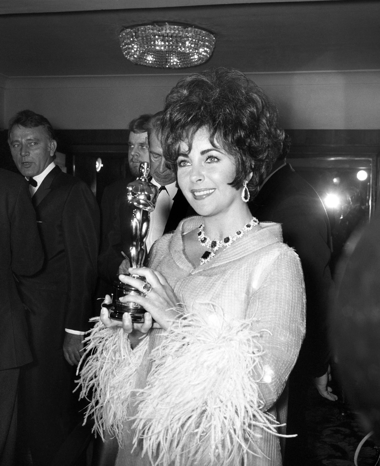 Huyền thoại Elizabeth Taylor chọn váy 1967