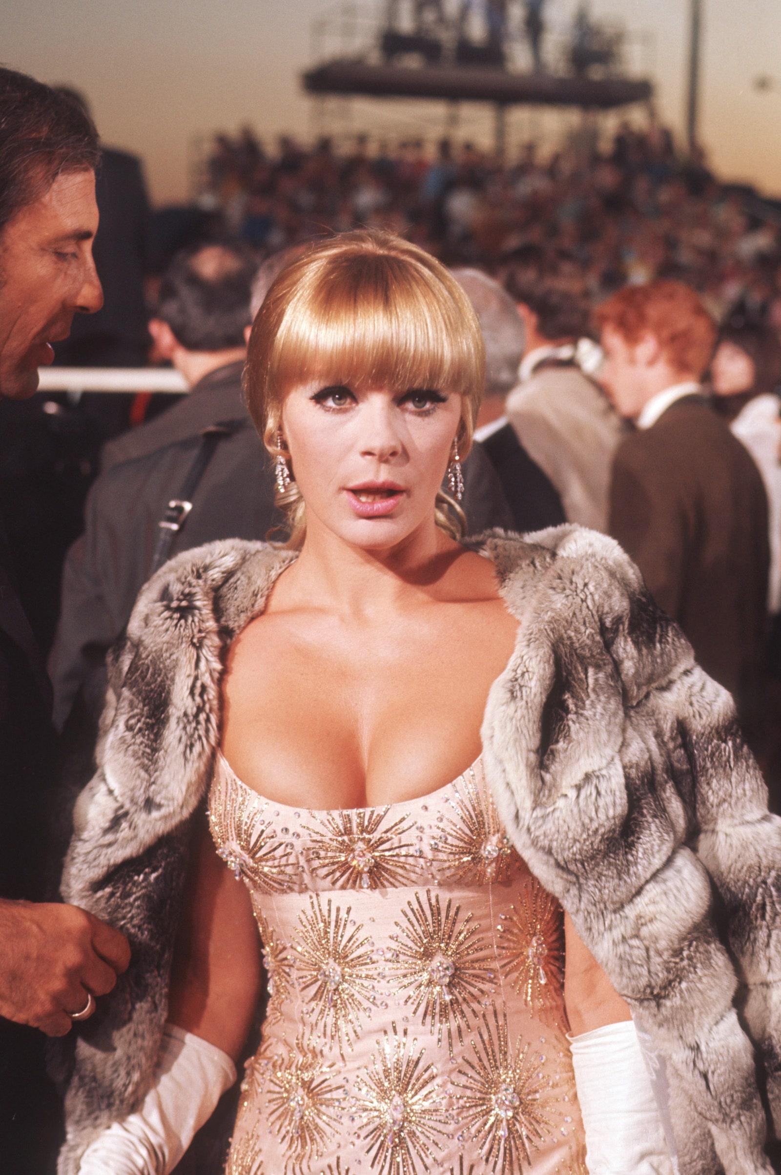 Năm 1968, Elke Sommer bước lên thảm đỏ với đầm