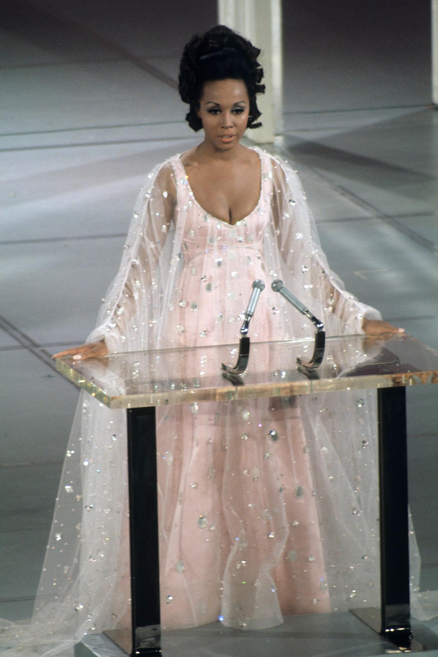 Chiếc váy thắt eo vải voan lưới xuyên thấu màu hồng nhạt của Diahann Carroll gắn pha lê được Vogue đánh giá hoàn hảo vào năm 1969. Ảnh: ABC.