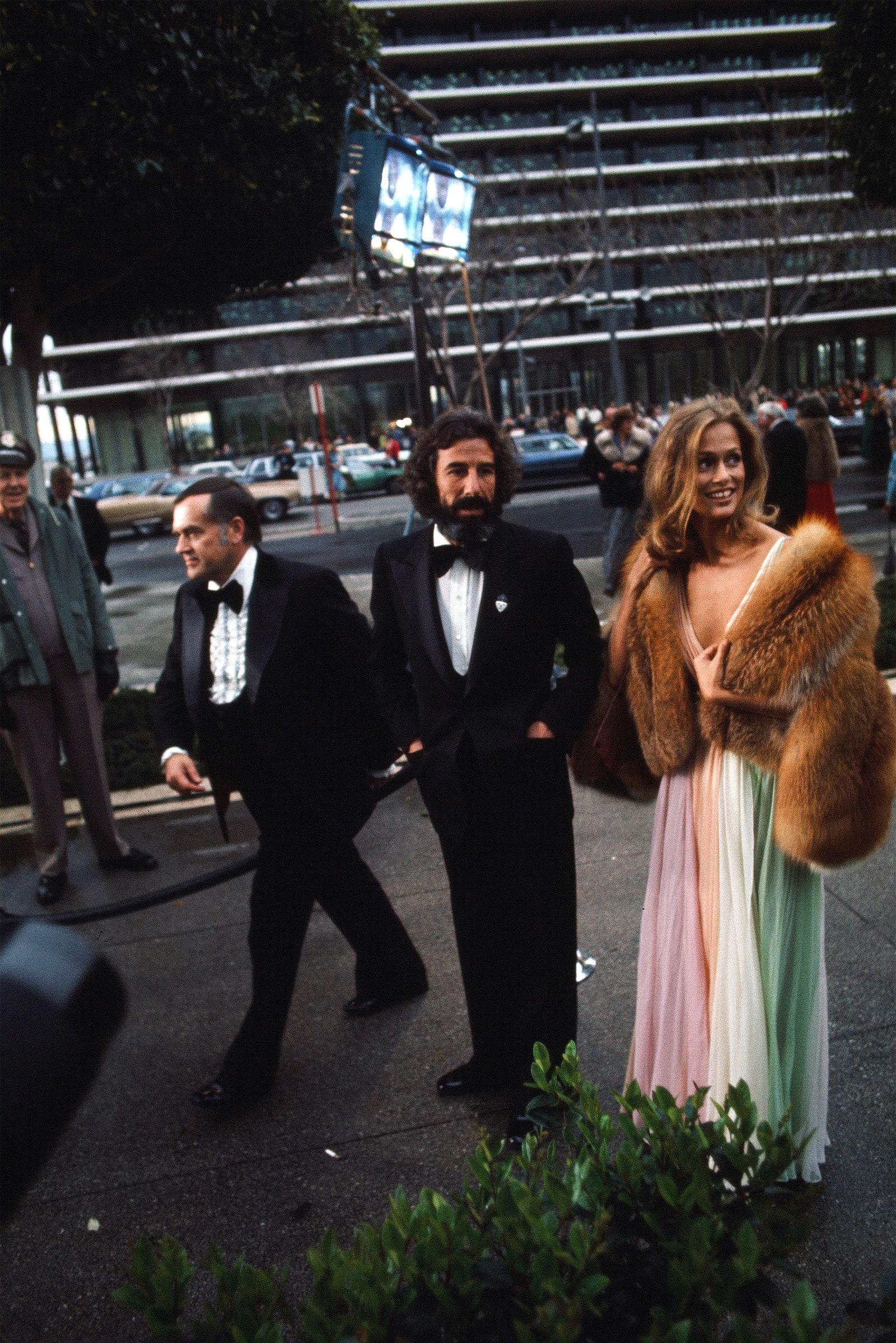 Diễn viên, người mẫu Lauren Hutton diện đầm xẻ cổ chữ V bằng lụa mềm nhiều màu của Halston, 1975