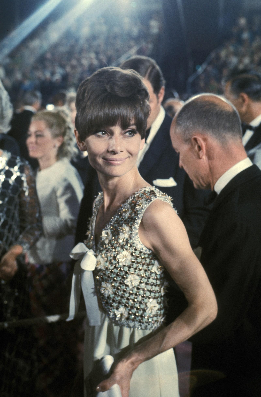 Audrey Hepburn là một trong những minh tinh có nhiều thiết kế kinh điển trong lịch sử thời trang. Ở Oscar 1975, nữ diễn viên ghi điểm bằng in Givenchy, 1975