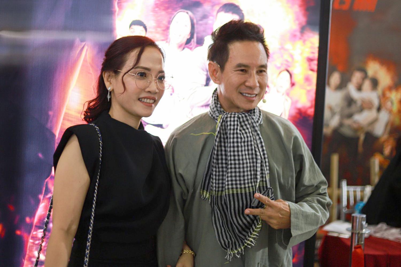 Lý Hải bên nghệ sĩ thiết kế poster Lý Thanh Phong. Ngoài đầu tư vào các