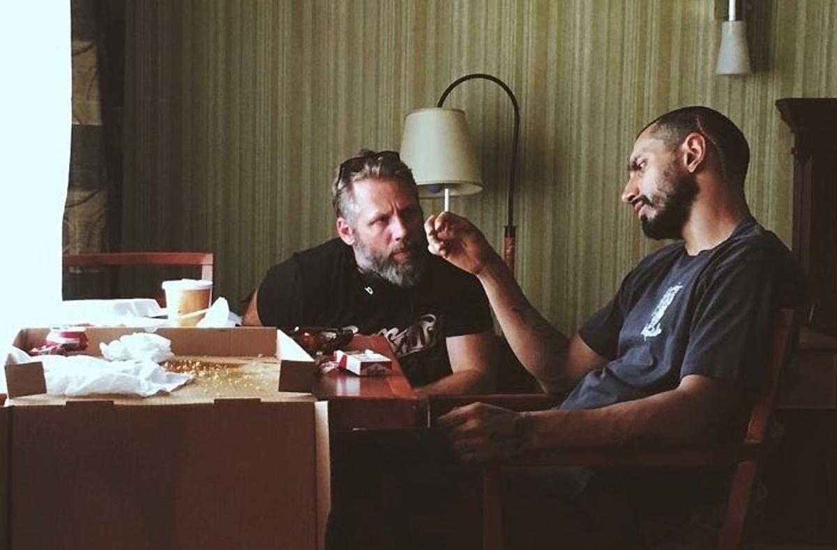 Đạo diễn Darius Marder (trái) chỉ đạo diễn xuất cho Riz Ahmed trên phim trường Sound of metal. Ảnh: Amazon.