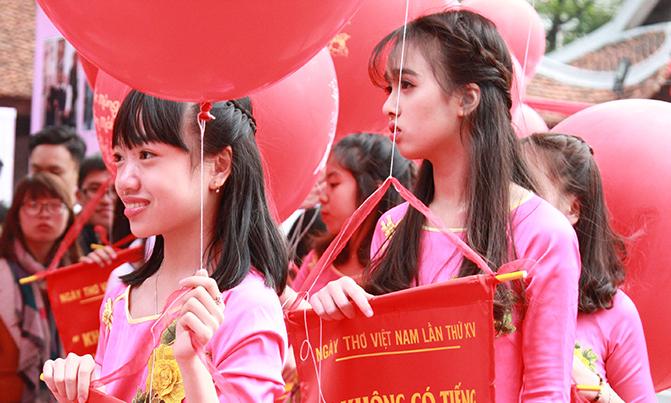 Nữ sinh tham gia hoạt động thả thơ tại Ngày thơ Việt Nam 2017. Ảnh: Giang Huy.