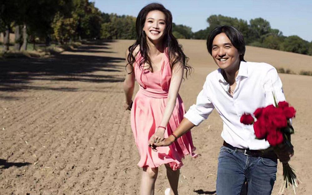 Vợ chồng Thư Kỳ hiếm xuất hiện cùng nhau sau khi kết hôn. Ảnh: QQ.