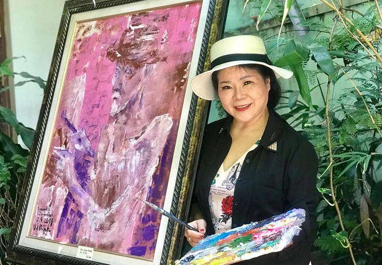 Bà Văn Dương Thành bên bức Remember Bui Xuan Phai (Tưởng nhớ Bùi Xuân Phái), sáng tác năm 2019.