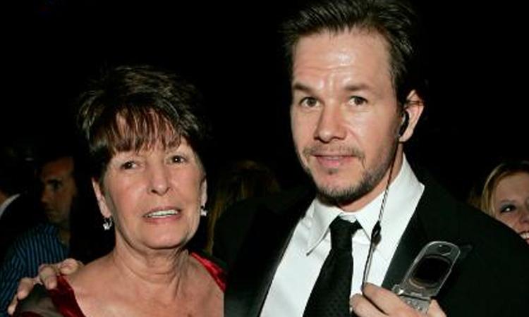 Bà Alma Wahlberg (trái) và con trai