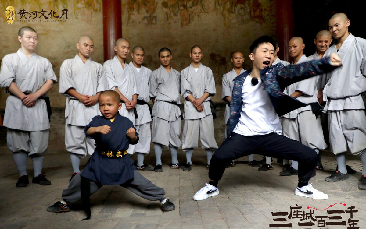 Dương Địch múa võ ở chùa Thiếu Lâm. Ảnh: 163.