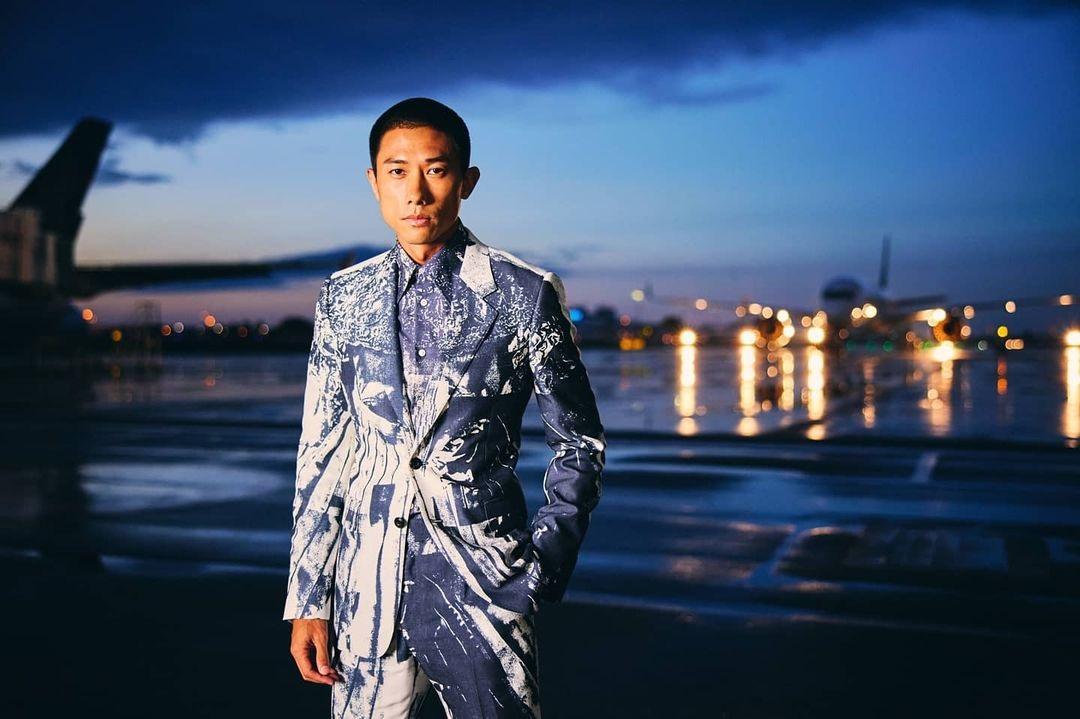 Trần Huýnh Giang (Desmond Tan) diện đồ Alexander McQueen.