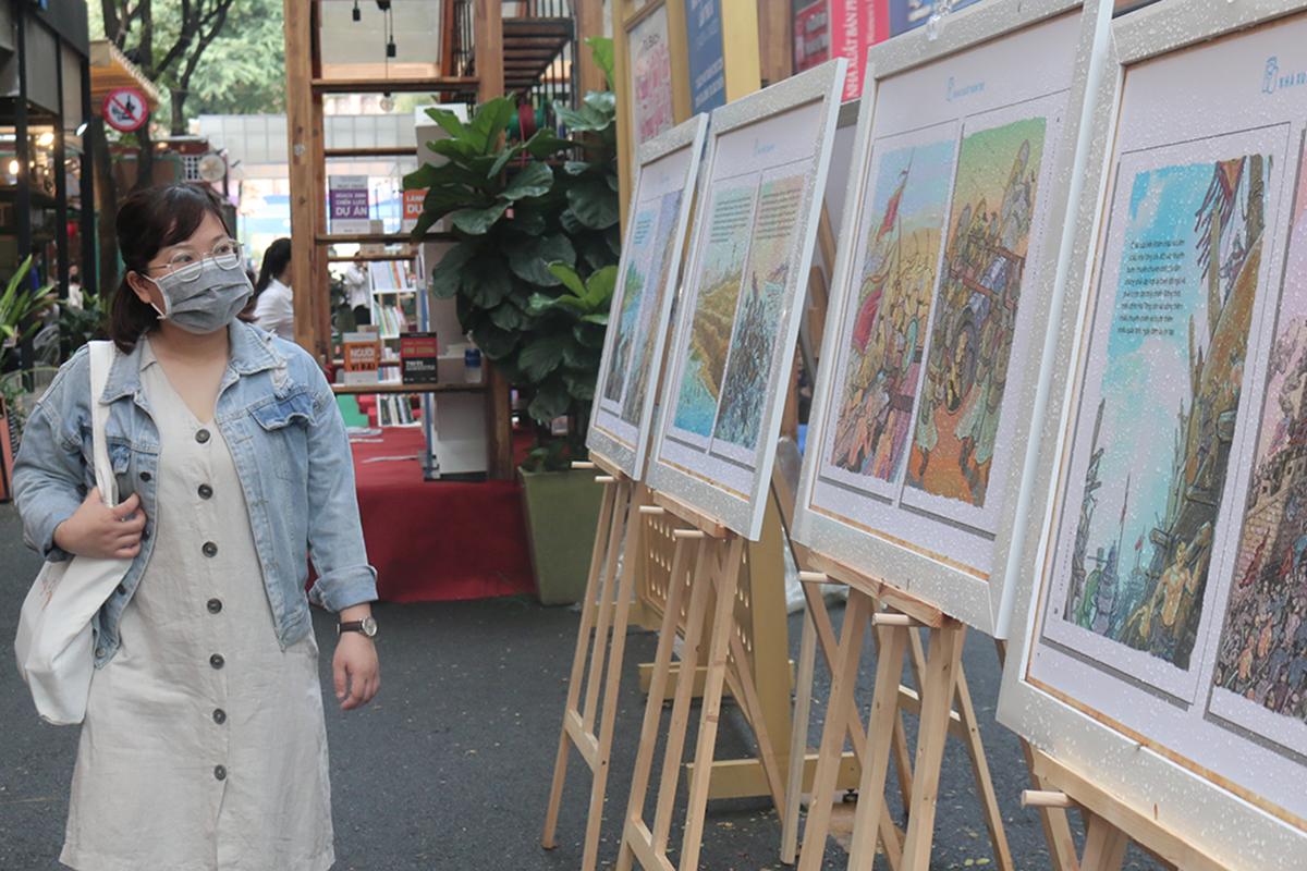 Độc giả tham quan triển lãm Truyện Lịch sử Việt Nam bằng tranh của NXB Trẻ, diễn ra từ 17/4 đến 22/4 tại Đường Sách Nguyễn Văn Bình (TP HCM). Ảnh: Quỳnh Quyên.