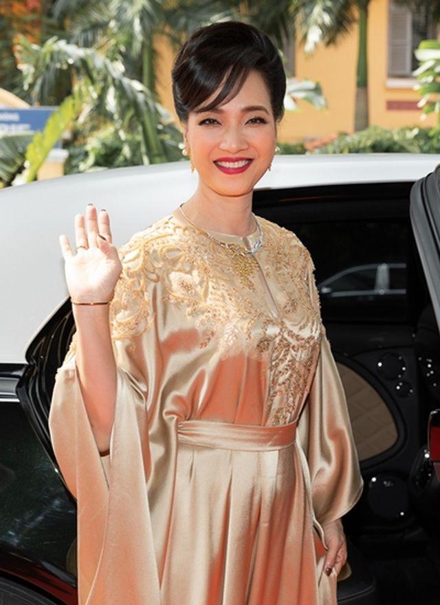 Tham dự một sự kiện năm 2019, Lê Khanh trang điểm đậm, tóc bới cao, diện váy lụa vàng champagne. Kể từ khi tham gia đóng Gái già lắm chiêu, chị thường xuyên kẻ mắt và tô son đậm để phù hợp với hình ảnh vương giả, uy quyền trong phim. Ảnh: ĐTN.