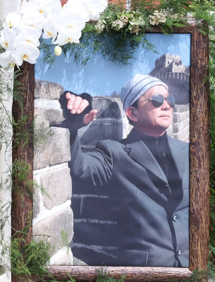 Di ảnh Liêu Khải Trí đặt tại nhà thờ. Ảnh: HK01.