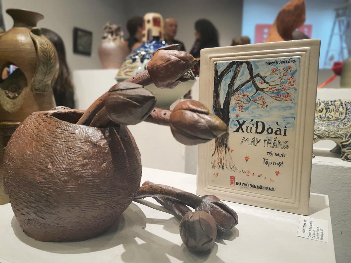 Hai tác phẩm của họa sĩ Nguyễn Thị Kim Đức trưng bày tại triển lãm.
