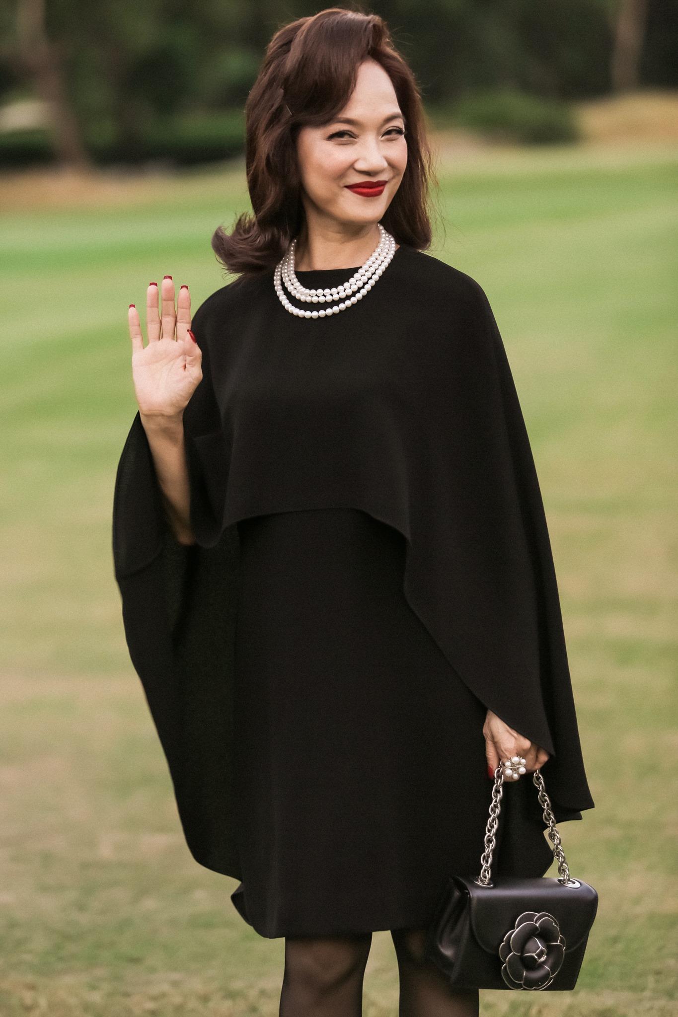 Lê Khanh diện váy dáng cape với vòng ngọc trai