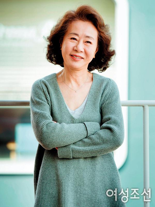 Youn Yuh Jung từng trải qua cuộc hôn nhân không hạnh phúc, một mình nuôi hai con trai thành tài. Ảnh: Chosun.
