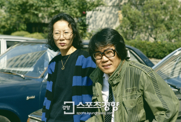 Minh tinh Youn Yuh Jung và chồng cũ Jo Young Nam năm 1984 ở Mỹ. Ảnh: Kyunghyang.