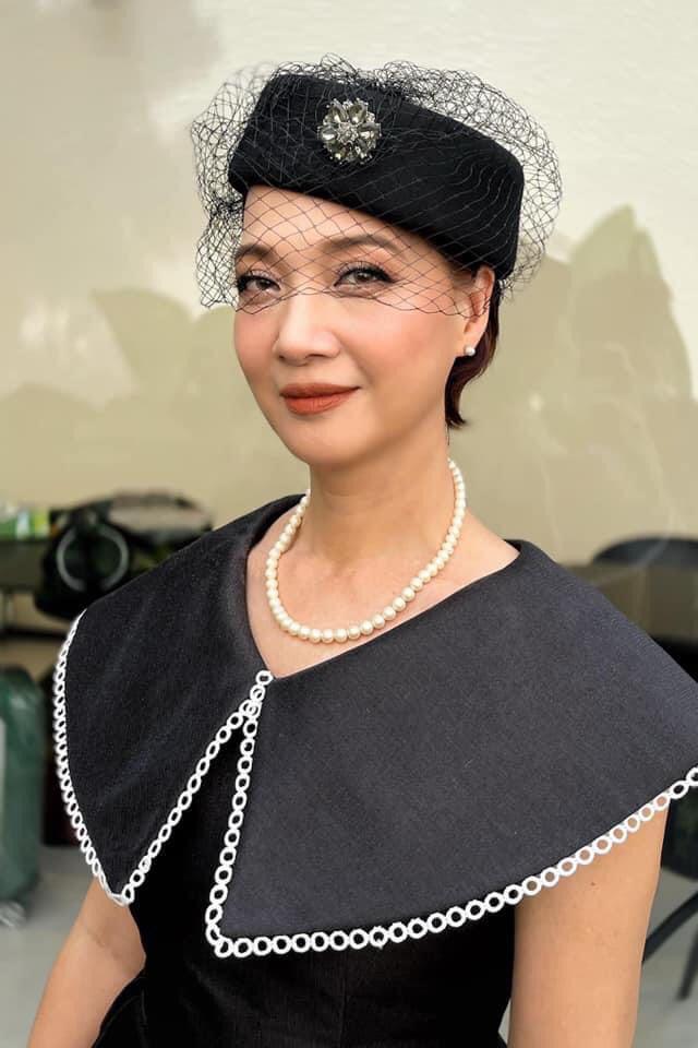 Hình ảnh khác lạ của nữ diễn viên trong phong cách quý tộc với mũ pillbox cài mạng che mặt khi diện mốt đầm cổ bản lớn, trang điểm tông cam đất trong một sự kiện. Ảnh: Facebook Lê Khanh.