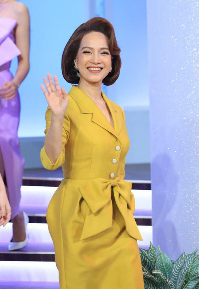Trong một buổi ghi hình, chị gây ấn tượng bằng đầm lụa thắt nơ màu nổi. Ảnh: Facebook Lê Khanh.