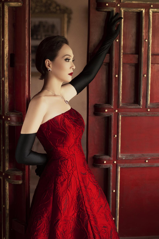 Hình thể của nữ nghệ sĩ được tôn lên với đầm quây ngực phối găng tay. Ảnh: Phúc Trần.