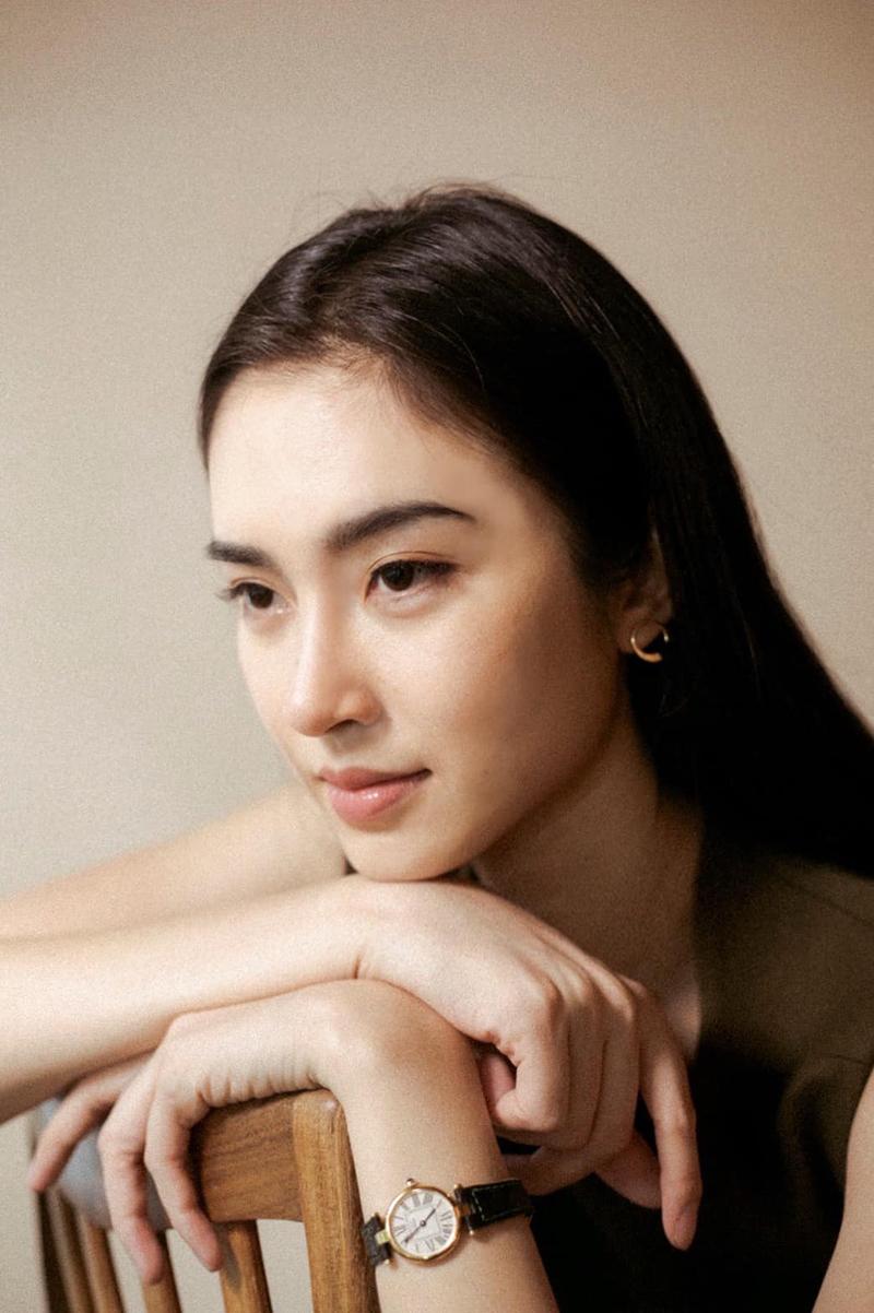 Diễn viên, người mẫu 35 tuổi nhận nhiều khen ngợi nhan sắc qua bức ảnh đăng trên trang cá nhân tuần trước. Các khán giả nhận xét lối trang điểm tự nhiên tôn vẻ ngọt ngào của Nong Poy.